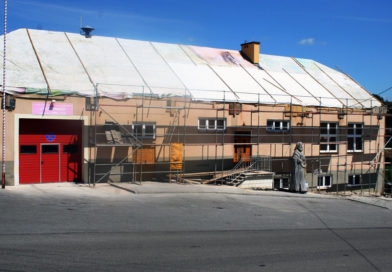 Budowa dachu budynku remizy Ochotniczej Straży Pożarnej w Olszynach