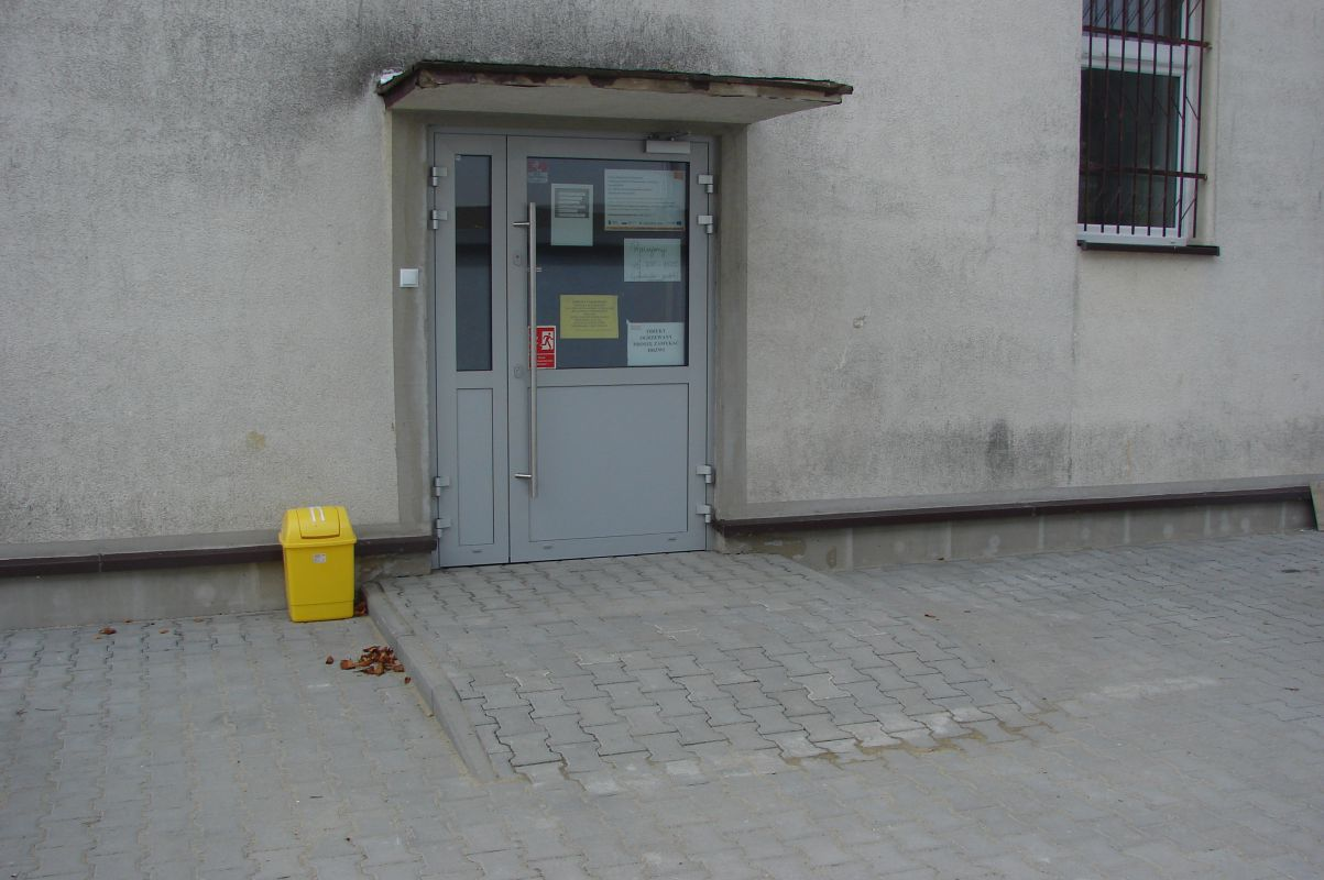 Podjazd-szkola-w-Rzepienniku-Biskupim